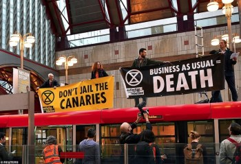 extinction rebellion protest london tube
